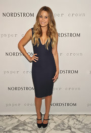Lauren donned a simple and sexy cocktail dress at the Paper Crown event at LA's Nordstrom. The figure-hugging navy blue showed off her curves just perfectly.