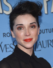 Annie Clark attended the New York premiere of 'Paper Towns' wearing her hair in a messy pompadour.