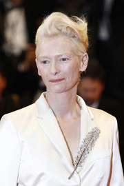 Tilda Winton glammed up her jacket with a beautiful feather brooch.