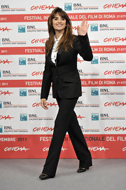 Penelope Cruz looked uber professional at the International Rome Film Festival. She paired her black suit with classic black leather pumps.