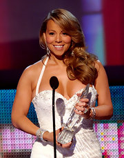No matter what bizarre things may come out of Mariah's mouth, you can't deny the fact that she always looks stunning. The People Choice recipient looked amazing on stage in her white sparkling derss and side swept curls.