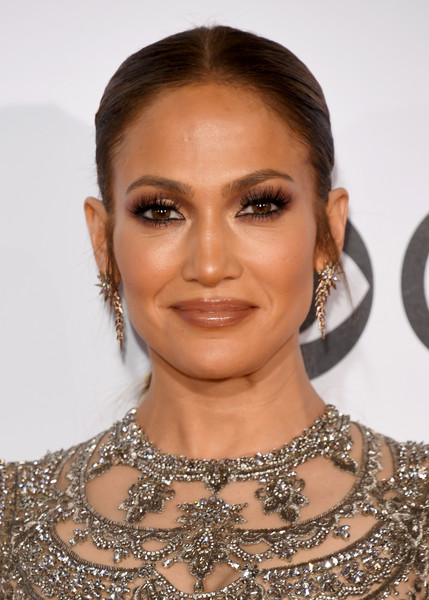 Jennifer Lopez kept it minimal with this center-parted ponytail at the 2017 People's Choice Awards.