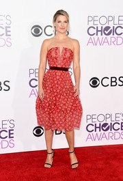 Ali Larter paired her cute frock with burgundy slim-strap sandals.