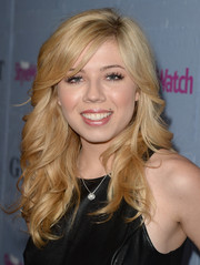 Jennette McCurdy wore an oh-so-pretty wavy 'do with side-swept bangs when she attended the People StyleWatch Denim Awards.