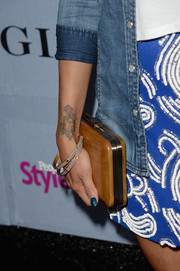 Jeannie Mai complemented her casual outfit with an elegant tan hard-case clutch when she attended the People StyleWatch Denim Awards.