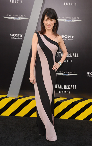 Perrey Reeves One Shoulder Dress [total recall,fashion model,yellow,shoulder,flooring,catwalk,joint,leg,carpet,cocktail dress,long hair,arrivals,perrey reeves,grauman,california,hollywood,chinese theatre,columbia pictures,premiere,premiere]
