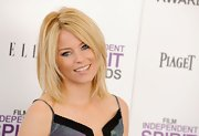 Elizabeth Banks attended the 2012 Independent Spirit Awards wearing a pale shimmering golden peach lipstick.