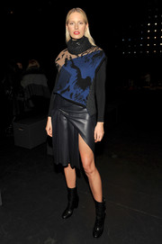 Karolina Kurkova teamed her top with a high-slit, pleated leather skirt.