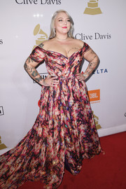 Elle King got all dolled up in a printed off-the-shoulder gown for the pre-Grammy gala.