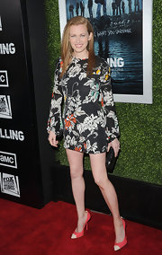 Mireille Enos hit the red carpet at the fifth season premiere of 'The Killing' wearing a pair of vibrant coral pumps.