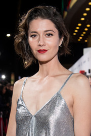 Mary Elizabeth Winstead wore her short hair in an asymmetrical, wavy style at the premiere of 'Suspiria.'