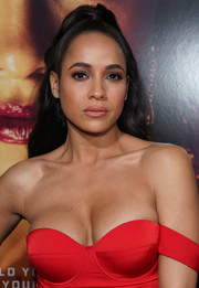 Dania Ramirez styled her hair into a half-up 'do for the premiere of 'Miss Bala.'