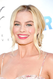 Margot Robbie's green eyeshadow provided a nice contrast to her fuchsia lipstick.