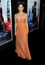 Olivia Munn looked oh-so-lovely in a strapless orange Carolina Herrera gown during the 'Robocop' premiere.