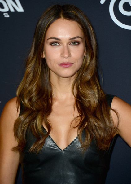 Asha Leo looked gorgeous wearing her long hair down with bouncy waves at the 'Sin City: A Dame to Kill For' premiere.