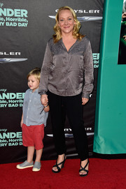 Nicole Sullivan completed her casual red carpet look with black cross-trap wedges.