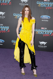 Karen Gillan coordinated her outfit with a pair of yellow and black striped pumps by Monse.