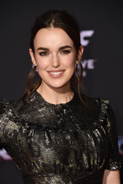 Elizabeth Henstridge wore her hair in a mildly messy ponytail at the premiere of 'Thor: Ragnarok.'
