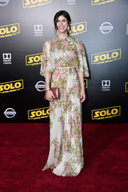 Alexandra Daddario complemented her dress with an elegant dusty-rose envelope clutch by Tyler Ellis.