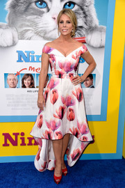 Cheryl Hines paired her lovely dress with ruby-red platform peep-toes.