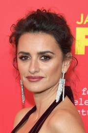 Penelope Cruz amped up the glitz factor with a pair of oversized Swarovski chandelier earrings.