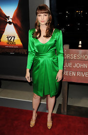 Amber dons a Kelly green vintage YSL dress for the '172 Hours' premiere. The actress' blunt bangs and curled tresses emphasize the vintage feel.