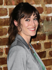 Lizzy Caplan attended the season premiere of 'Eastbound and Down' wearing her hair in a casual ponytail with choppy bangs and loose face-framing curls.