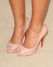 "Hayden certainly has a thing for nude colors. She showed off another pair of nude pumps at the ""Entourage"" season premiere."