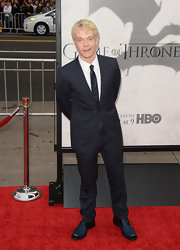 Alfie Allen looked super suave on the red carpet with a two-button, notch-lapel suit.