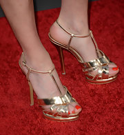 Michelle Fairley paired her mod-style white dress with these gold sandals for a glamorous touch.