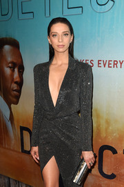 Angela Sarafyan accessorized with a chic metallic tube clutch by Emm Kuo at the premiere of 'True Detective' season 3.