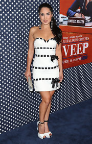 Saye Yabandeh chose a white frock with a sweetheart neckline and black ribbon trim for her look at the season 2 premiere of 'Veep.'