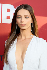 Angela Sarafyan wore her hair long and sleek-straight at the premiere of 'Westworld' season 2.