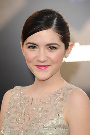 Isabelle Fuhrman attended the premiere of 'The Hunger Games' wearing a vivid hot pink lipstick with an iridescent shine.