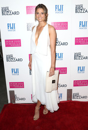 Stana Katic complemented her outfit with an oversized white leather clutch, also by Chloe.
