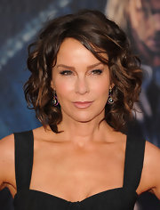 Jennifer Grey attended the 'Avengers' premiere looking chic with this curled-out bob.