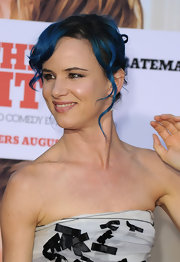 Juliette threw her vibrant blue locks up into a disheveled  style for 'The Switch' premiere.