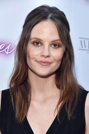 Sarah Ramos went retro with this teased half-up hairstyle at the premiere of 'Ingrid Goes West.'