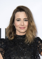 Linda Cardellini sported an asymmetrical, wavy hairstyle at the premiere of 'Bloodline' season 3.