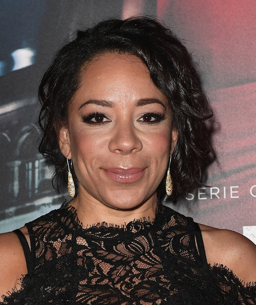 Selenis Leyva sported a short curly hairstyle at the premiere of 'Ingobernable.'