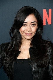 Aimee Garcia wore her long hair loose in a flippy wavy style at the premiere of 'One Day at a Time' season 2.