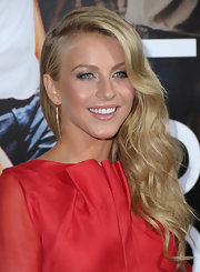 Julianne Hough wore her long hair is soft waves at the 'Footloose' premiere. The lovely look was ultra classic and feminine.