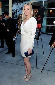 Amy Smart paired her ivory dress with a cobalt faux snakeskin box clutch.