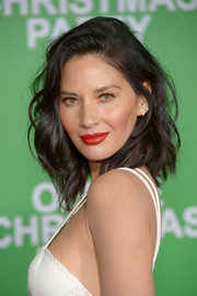 Olivia Munn looked downright fab wearing this tousled wavy hairstyle at the premiere of 'Office Christmas Party.'