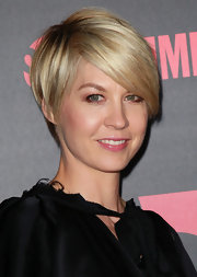 Jenna Elfman wore her adorable 'do with a bit of volume and sexy side-swept bangs at the premiere reception for 'Shameless.'