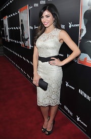Jenna Dewan-Tatum accented her romantic lace dress with a black satin clutch.