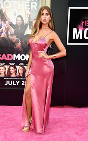 Kara Del Toro stunned in a Reformation Cerise Cabot dress while posing at the 'Bad Moms' premiere.