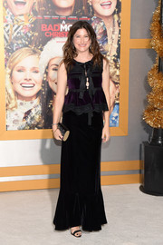 Kathryn Hahn completed her ensemble with a black and gold tube clutch.