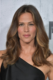 Jennifer Garner looked lovely with her bouncy waves at the premiere of 'Peppermint.'