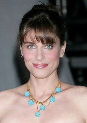 Amanda Peet looks splendid in this white strapless dress. Her beaded necklace draws attention to her stunning neckline.